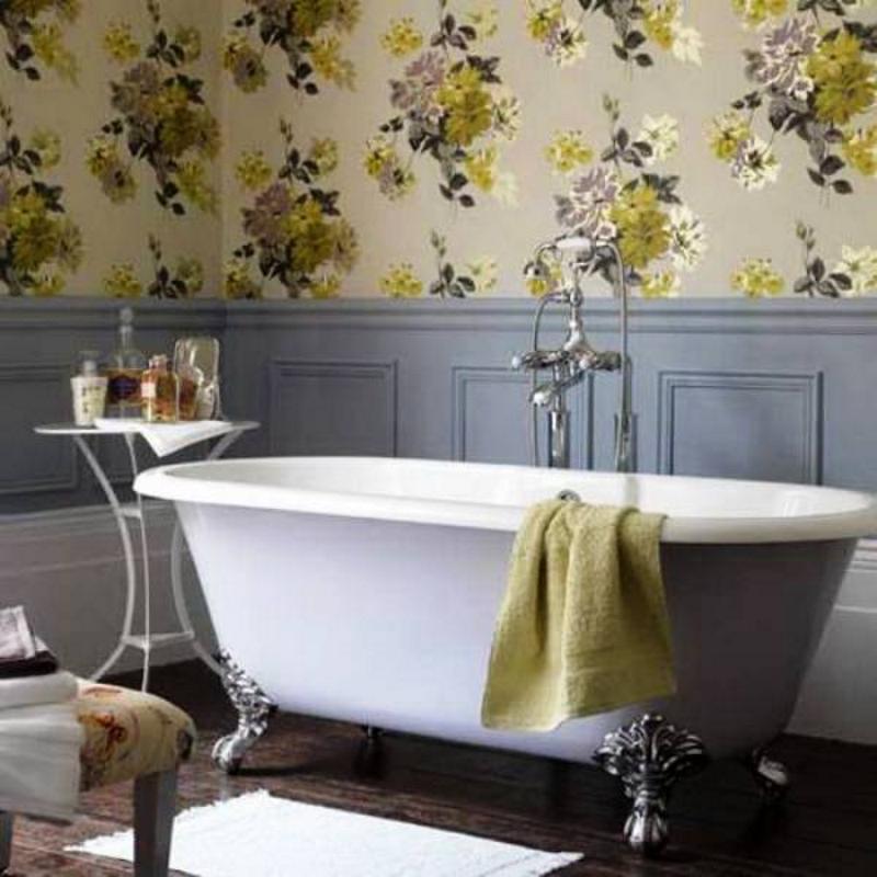 Обои и деревянные панели в ретро стиле в ванной