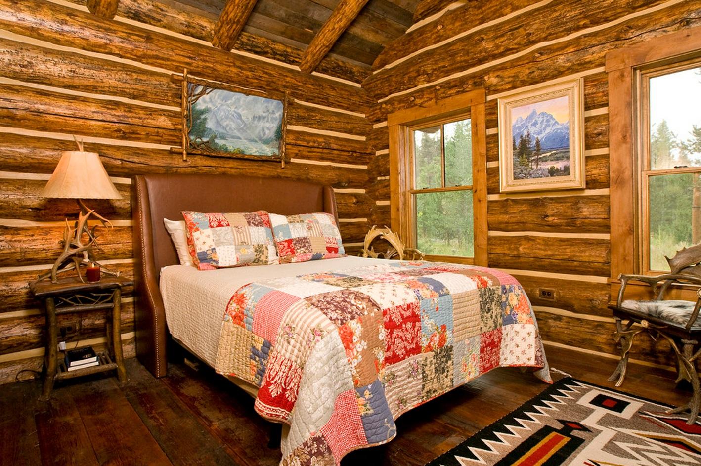 Одеяло в стиле пэчворк в деревенской спальне