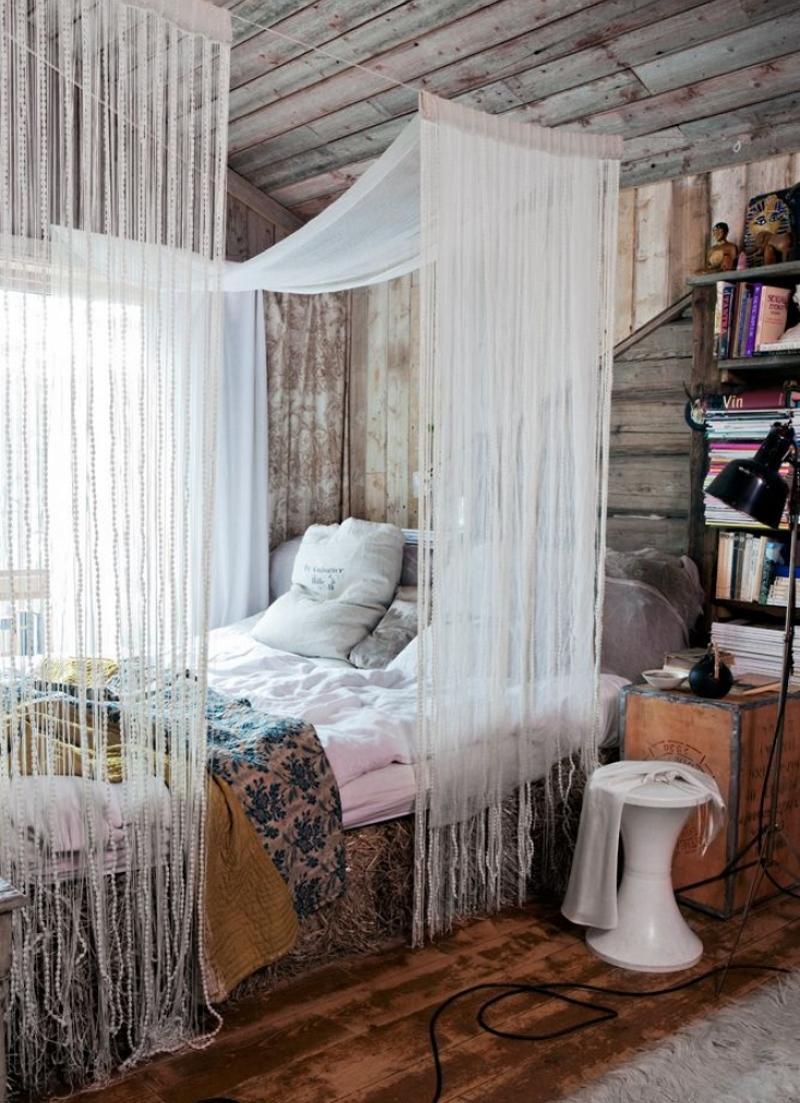 Зонирование спальной зоны занавесками