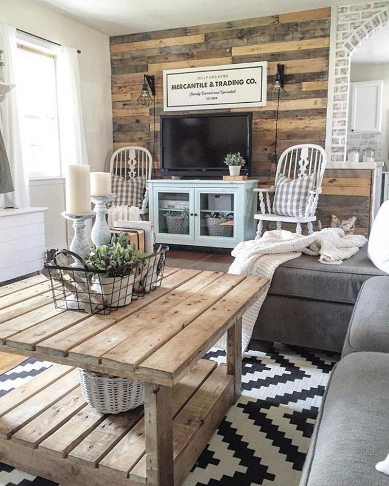 Отделка стен деревянными панелями в гостиной в стиле кантри