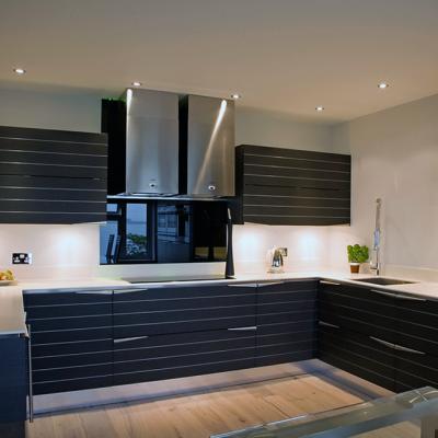 Черно-серая угловая кухня