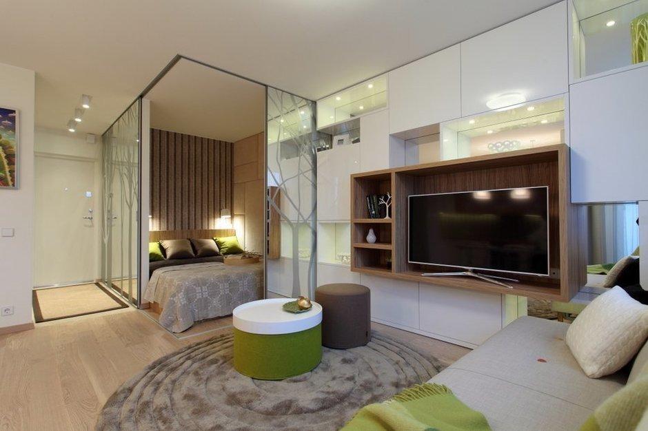 Перепланировка квартиры с созданием большой гостиной и отдельной спальней за зеркальными раздвижными перегородками