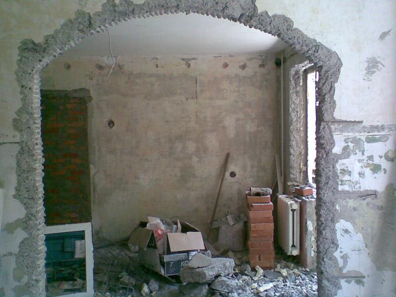 Несмотря на то, что внутренние стены «хрущёвок» чаще всего не являются несущими, перепланировку необходимо согласовать с БТИ