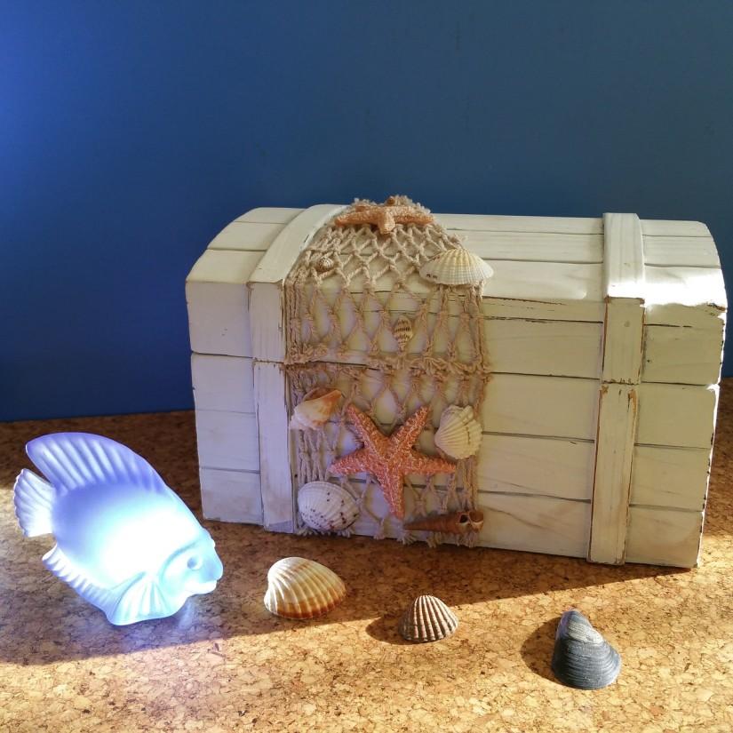 Сундук в детской для игрушек в морском стиле