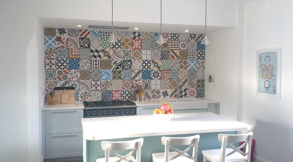 Плитка в стиле пэчворк на стене кухни