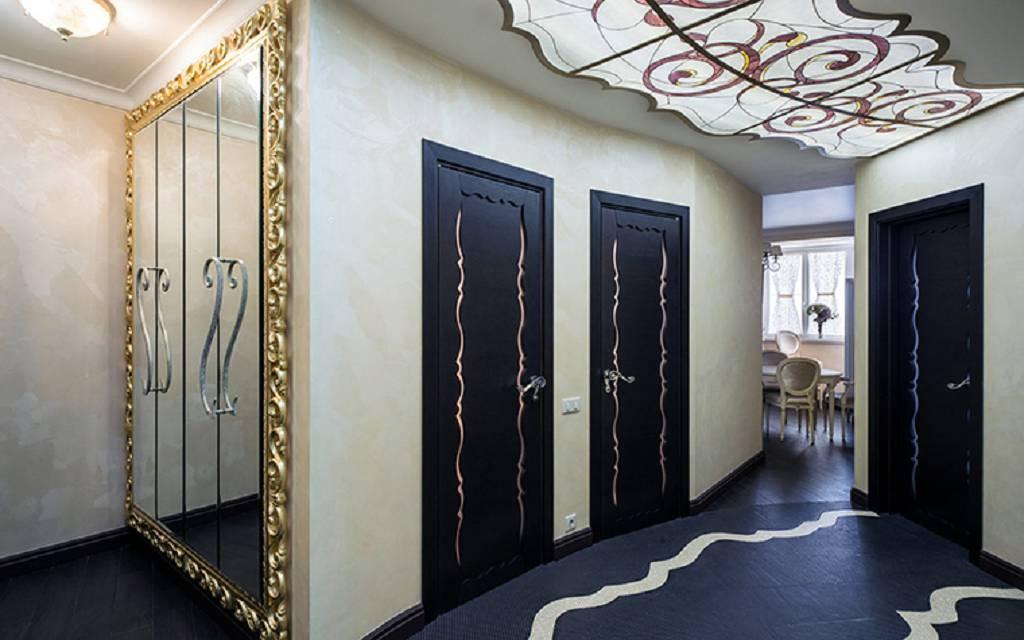 В прихожей в стиле модерн очень часто можно увидеть витражи, напимер, на потолке