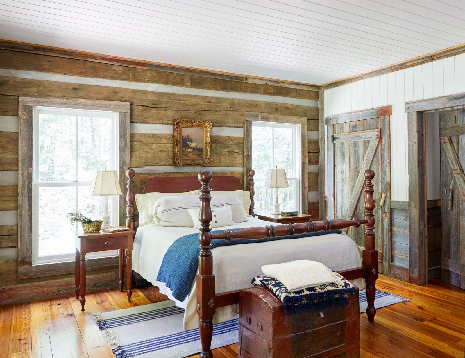Простая деревянная спальня в русском деревенском стиле