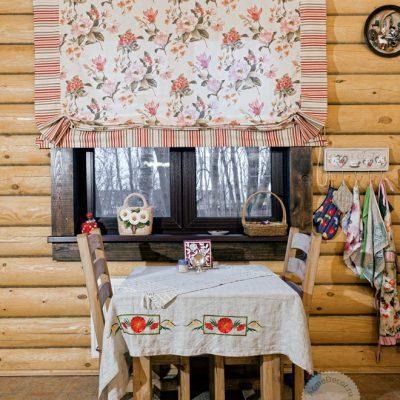 Римские цветочные шторы на кухне в стиле кантри