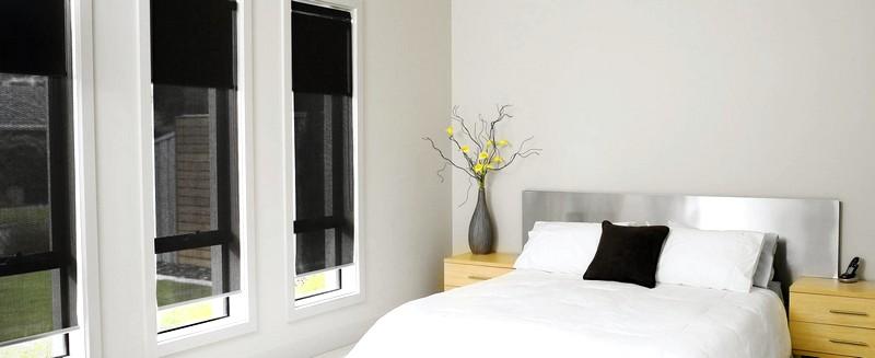 Рулонные жалюзи в интерьере спальни