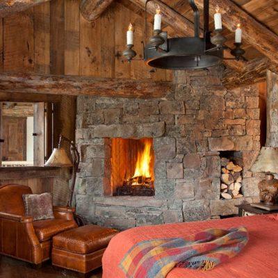 Спальня в стиле рустик с камином