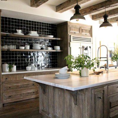 Открытые серванты на кухне