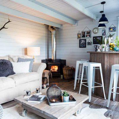 Гостиная в скандинавском стиле в садовом домике
