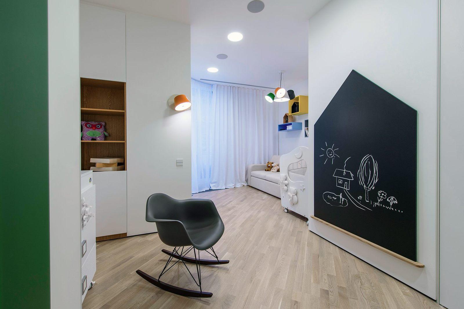 Интересной идеей станет установка большой доски для рисования на одной из стен детской