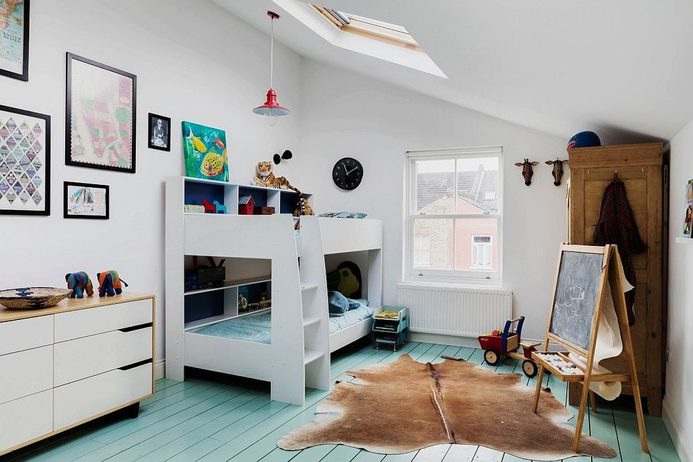 Если в комнате живет два ребенка, то отличным решением станет двухъярусная кровать