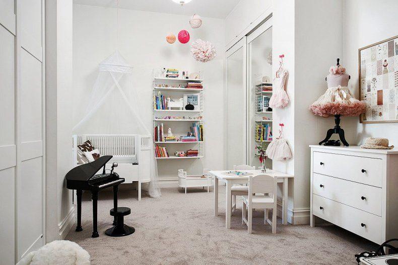 В детской комнате для девочки отлично смотрятся балдахин над кроватью и шары из бумаги, а платья хозяйки комнаты также станут прекрасным декором