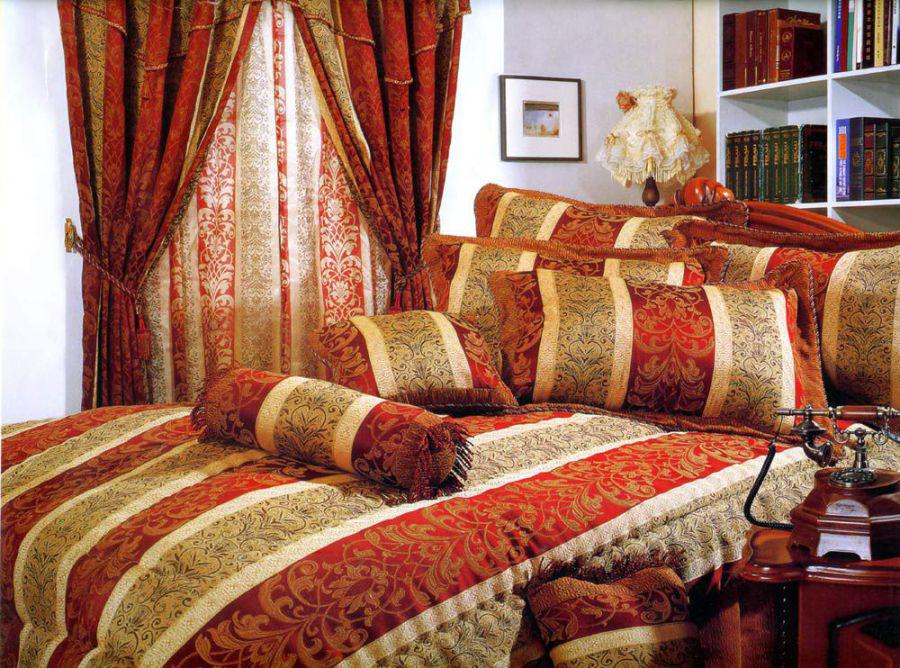 Сочетание красного и золотого оттенка в спальне в восточном стиле