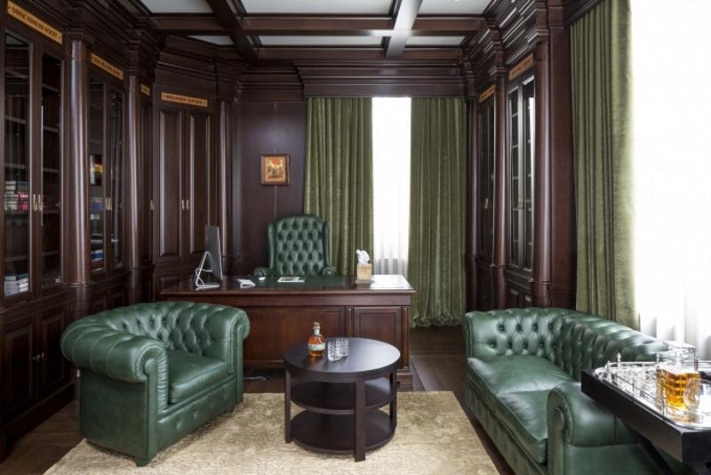 Сочетание зелёного и коричневого в интерьере кабинета в английском стиле