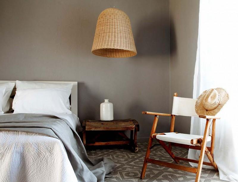 В интерьер спальни в греческом стиле прекрасно впишутся плетеные абажуры