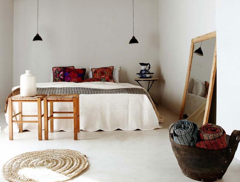 Простые белоснежные стены - это идеальный вариант спальни по-гречески