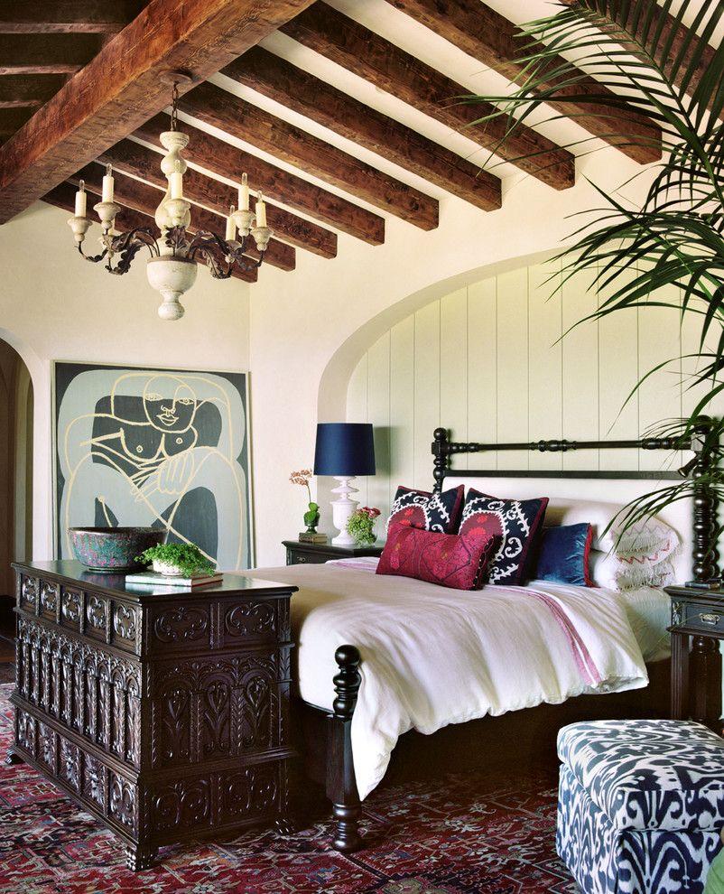 В зависимости от стиля комнаты, фасад мебели бывает простым, без декора, либо украшенный резьбой
