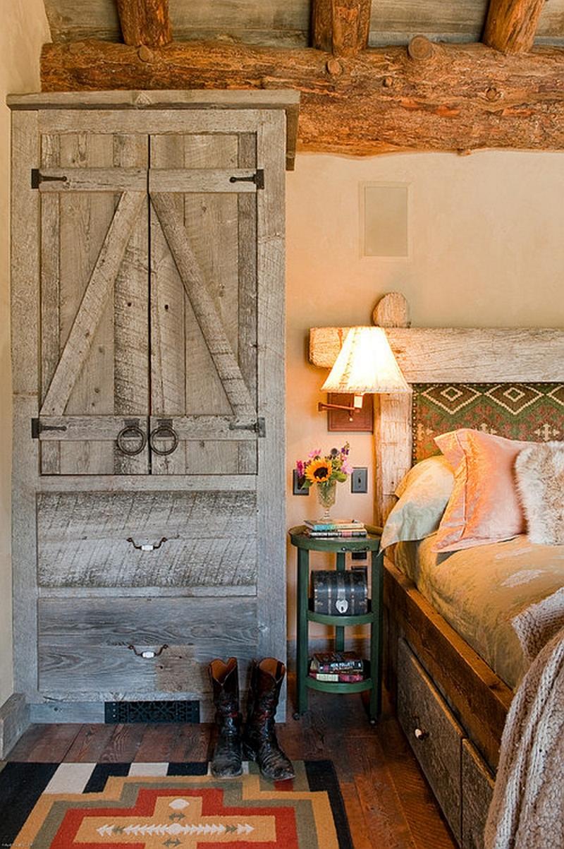 Старый шкаф в деревенском стиле
