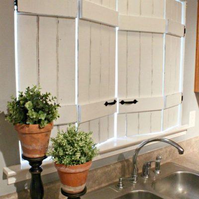 Имитация ставней для окон на кухне в стиле кантри