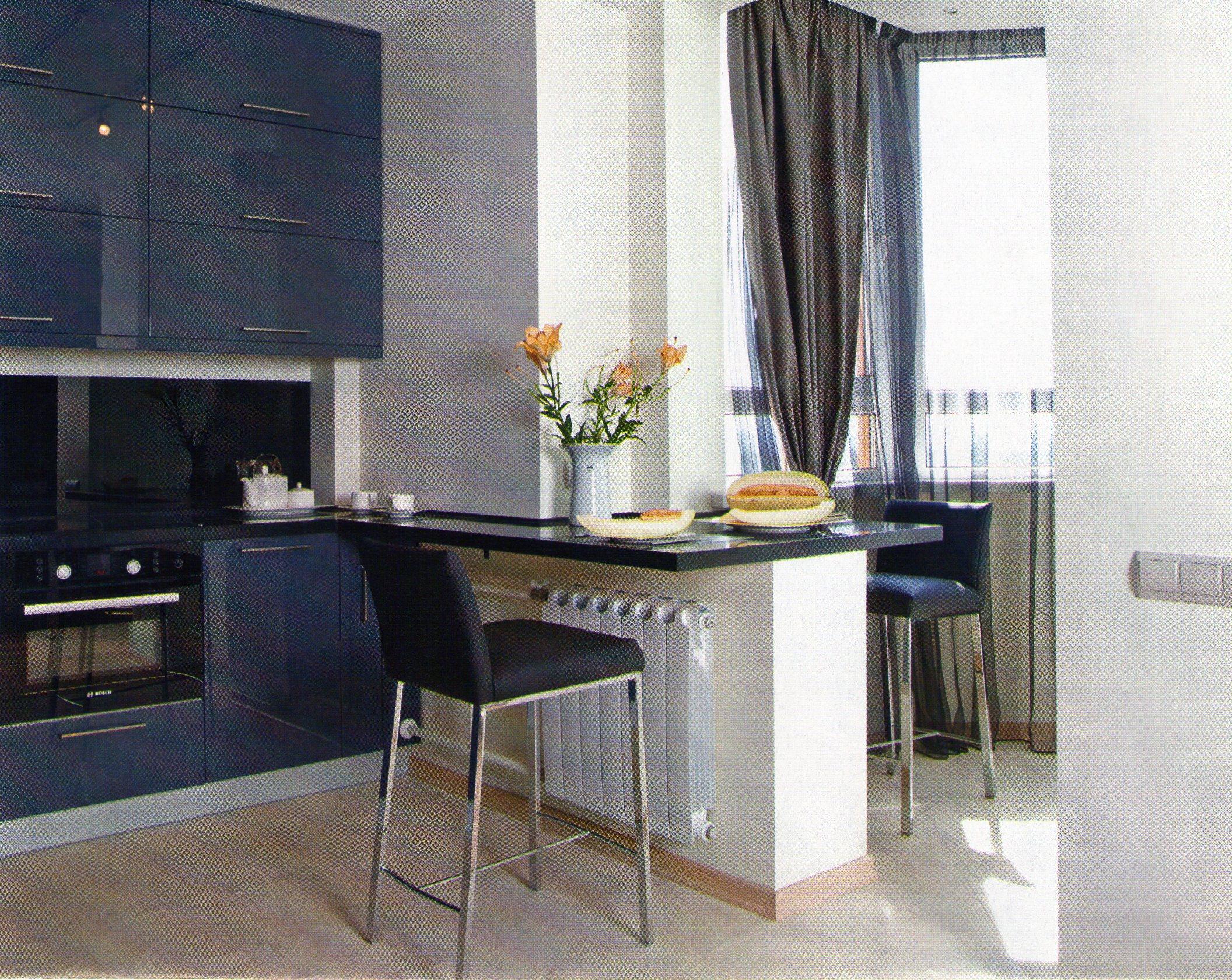 Стол из прожека между кухней и балконом
