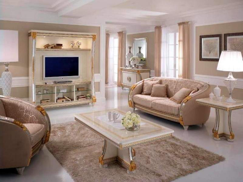 светлая мебель с позолотой в классическом стиле