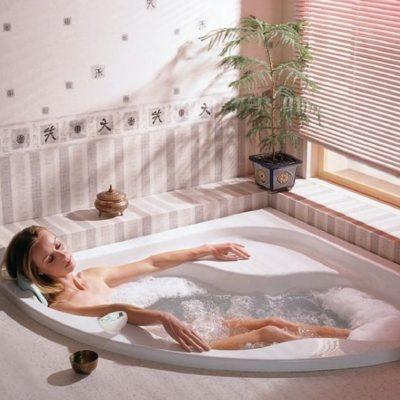 Угловая скругленная ванна