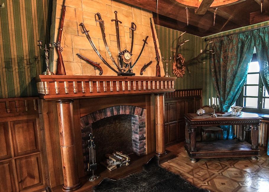Украшение гостиной в стиле кантри старинным оружием