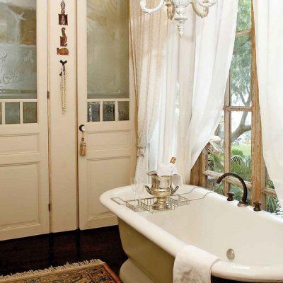 Ванная у окна в стиле ретро