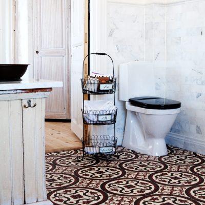 Плитка на полу в ванной в стиле ретро