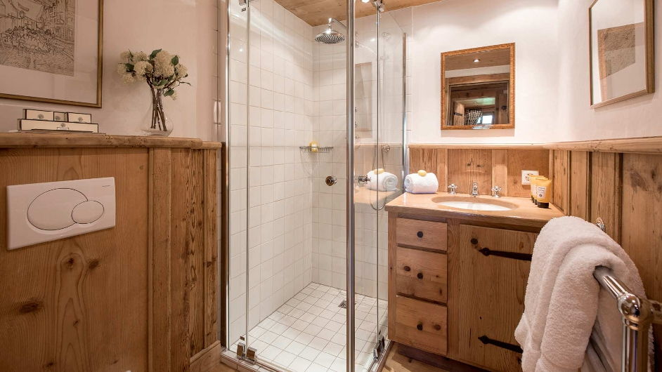 Для маленькой ванной отличным решением будет душевая кабина