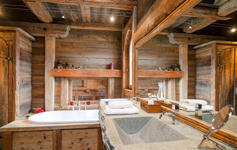 Для ванной в стиле шале лучше выбирать натуральные отделочные материалы