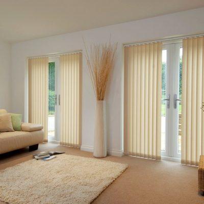 Вертикальные бежевые жалюзи под цвет мебели в гостиной