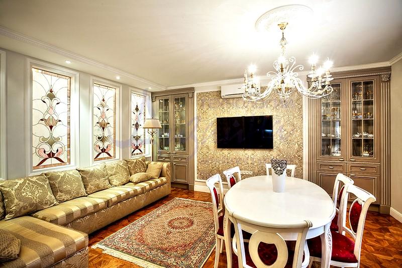 Витражи на окнах в классической гостиной