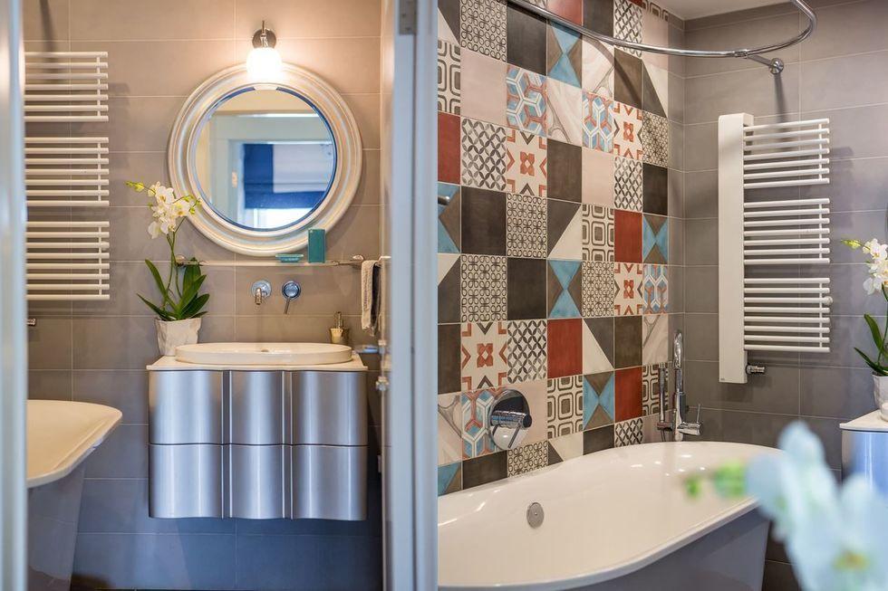 Выделение одной стены плиткой в стиле пэчворк в ванной