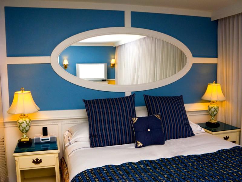 Зеркало над кроватью в спальне