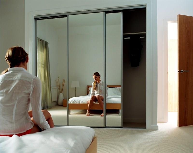 зеркало напротив кровати