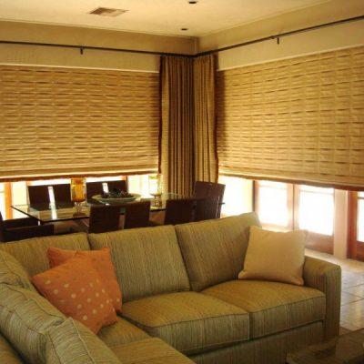 Римские шторы в гостиной комнате