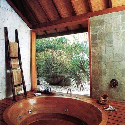 Круглая ванная в стиле кантри