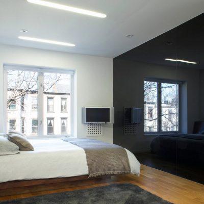Черная стена в спальне