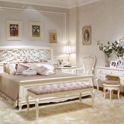 Богатая кровать в спальнм