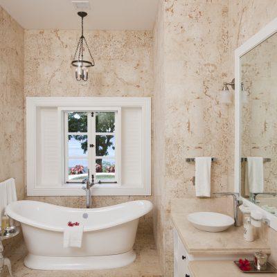 Бежеванная ванна в духе прованса