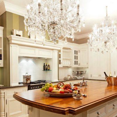 сочетание люстры на кухне с интерьером