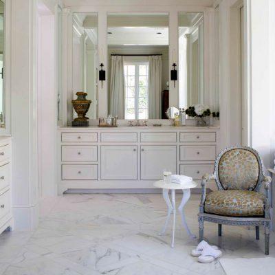 Кресло и зеркала в стиле классики