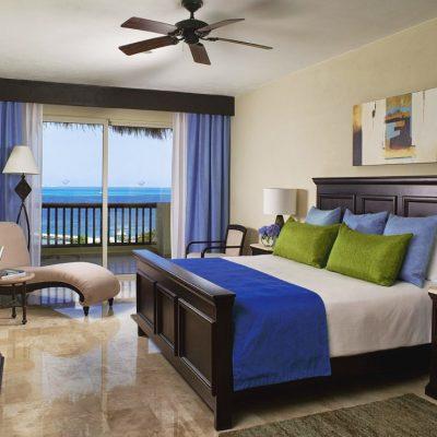 Кровать оформленная в голубых тонах