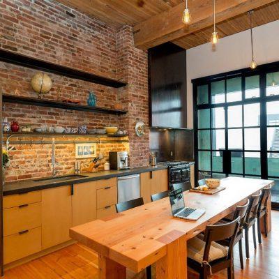 Длинный стол на кухне