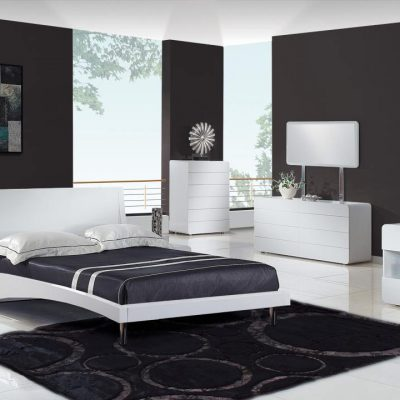 Черный ковер у кровати