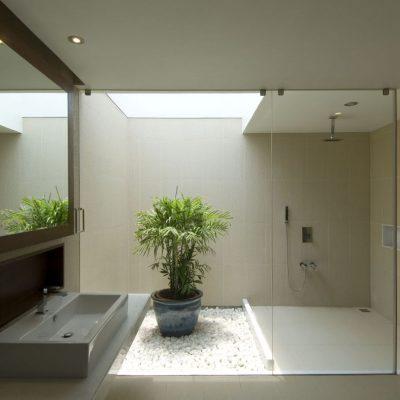Образец ванной комнаты с горшком